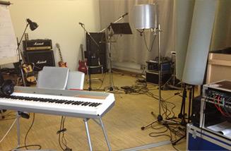 Der Proberaum von .PEPPERZAK. im Holstenkamp mit verschiedenen Instrumenten